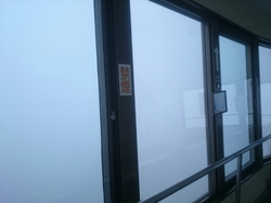 霧の中の記念塔