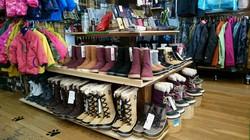 ノーザンノース、冬もの揃ってます。別館にはスキー用品あり。
